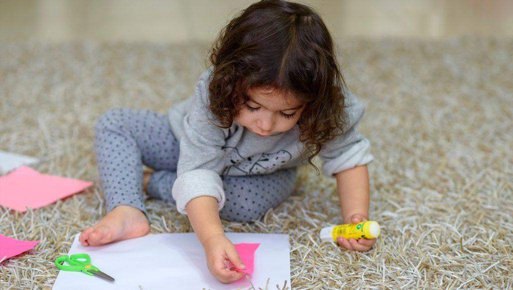 چطور لکه ی چسب را از فرش پاک کنیم!