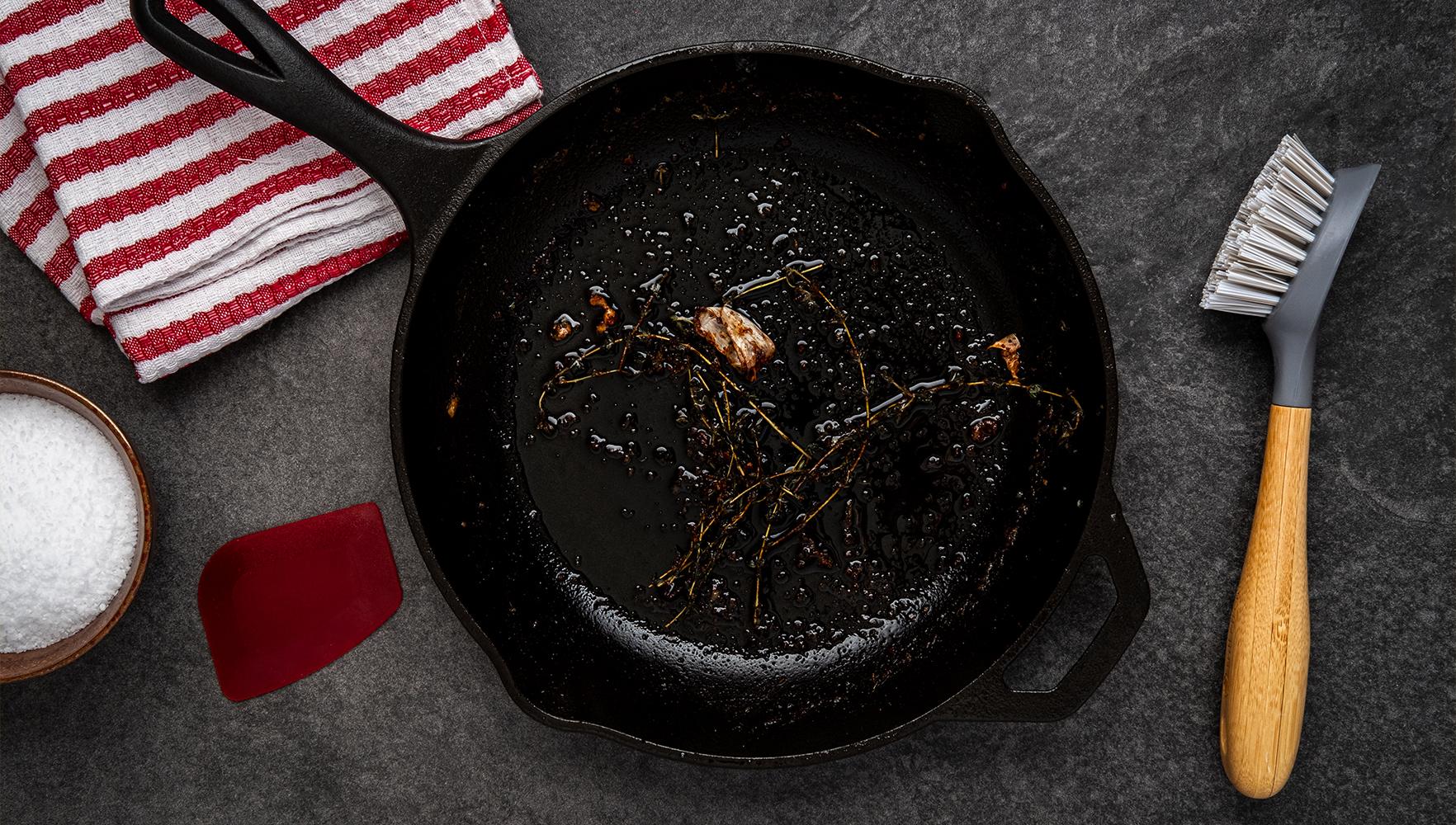 نظافت تابه ی چدنی و غذای سوخته