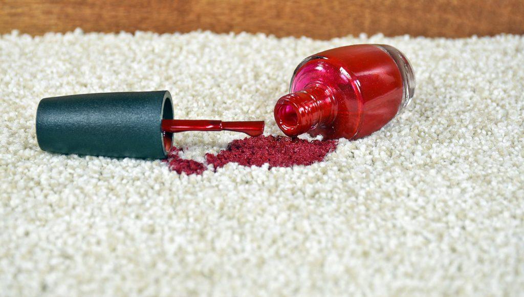 چگونه می توان لاک ناخن را از فرش و پارچه مبلی پاک کرد؟